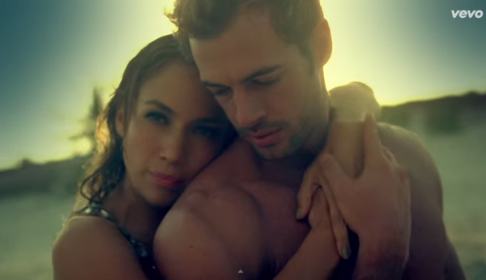 "López junto a William Levy en el video ""Im into you"""