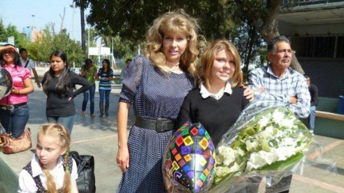 Junto a su madre y hermana | Facebook