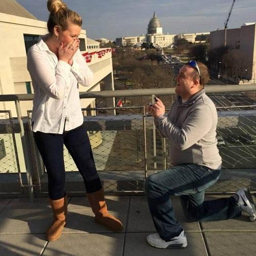 El camarógrafo acababa de proponerse a su novia, Melissa Ott | Facebook