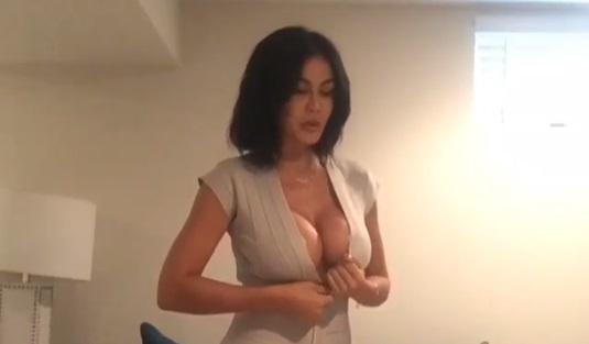 La Exuberante Presentadora Que Se Desnuda Al Dar Sus Reportes