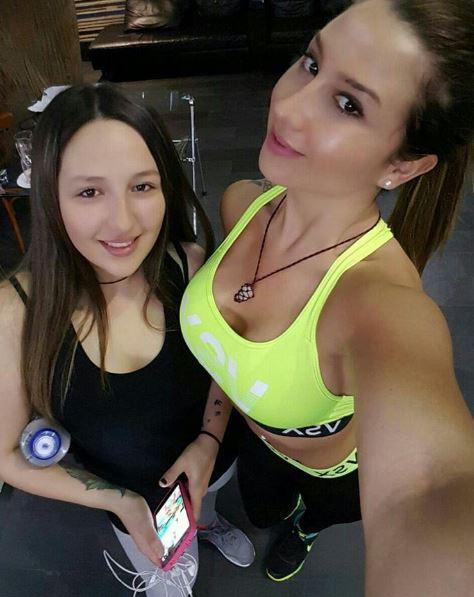 Nicole junto a su hermana menor, Meli | Instagram