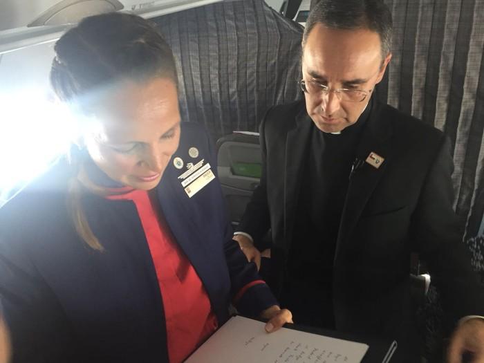 Pareja fue casada por el Papa en avión