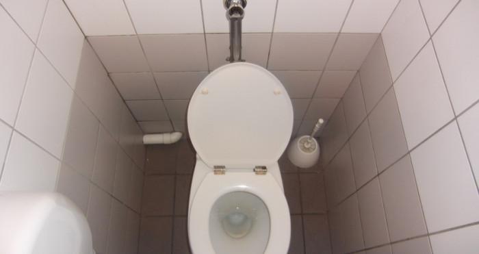 Mujer perdió la conciencia por hacer mucha fuerza en el baño