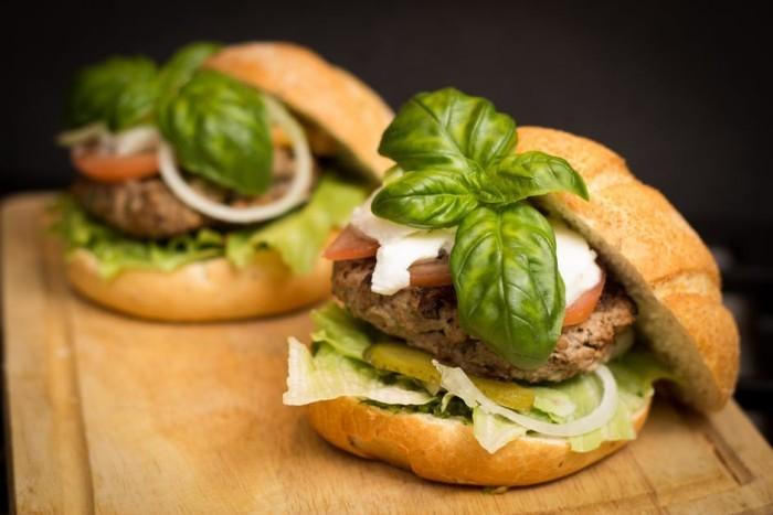 Cierran un restaurante vegetariano que servía carne humana