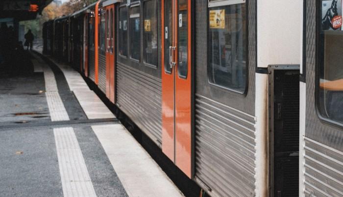 Bebé sobrevive tras quedar atrapada debajo de un tren