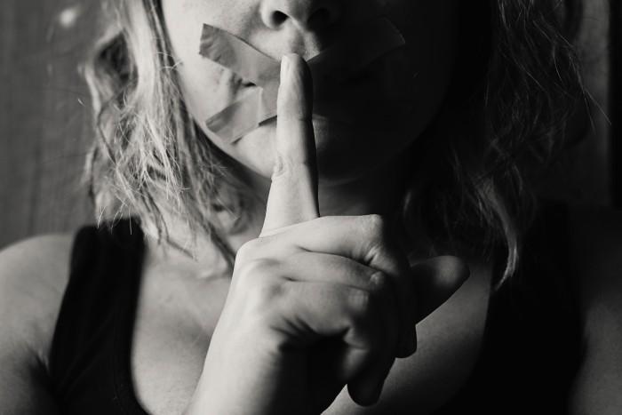 Hombre se hizo pasar por su novio y la violó de noche