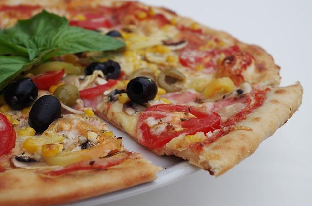 ¿Qué pizza conviene más? ¿Una familiar o dos medianas?