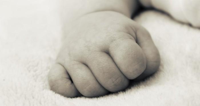 Padre mata a su bebé y sonríe al ser detenido