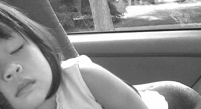 Muere niña en patrulla, mientras su madre sostenía sexo