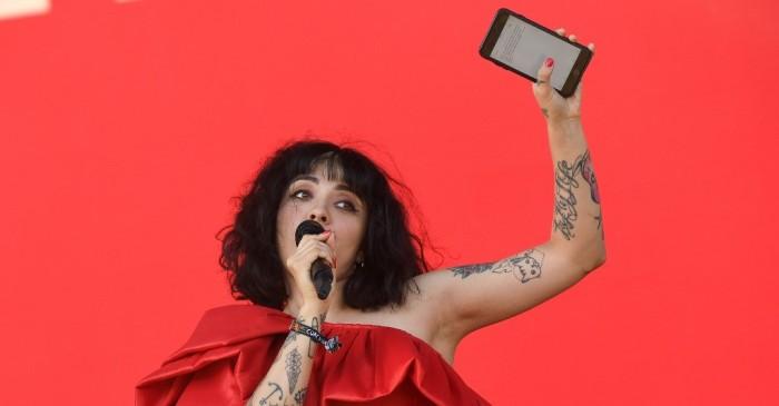 Mon Laferte respondió a críticas tras cantar tema de Dua Lipa en Coachella viendo la letra en su celular