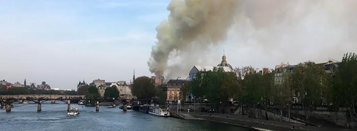 iglesia de notre dame quemándose