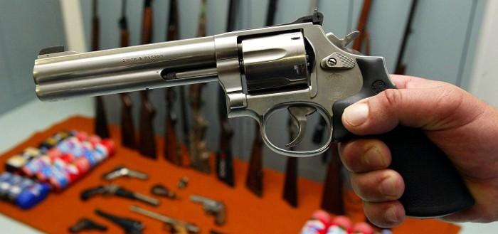 Hombre llevaba una pistola en pañalera y se activó cuando mudaba a pequeña: él está con riesgo vital