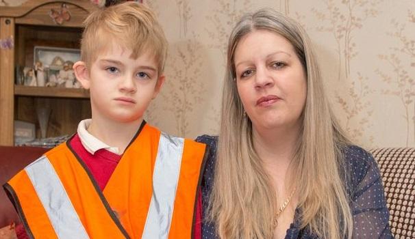 Niño con autismo era obligado a usar chaleco reflectante en el recreo para que profesores lo identificaran