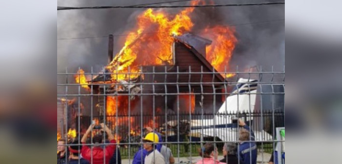 Avioneta cayó sobre una vivienda y provocó un gran incendio