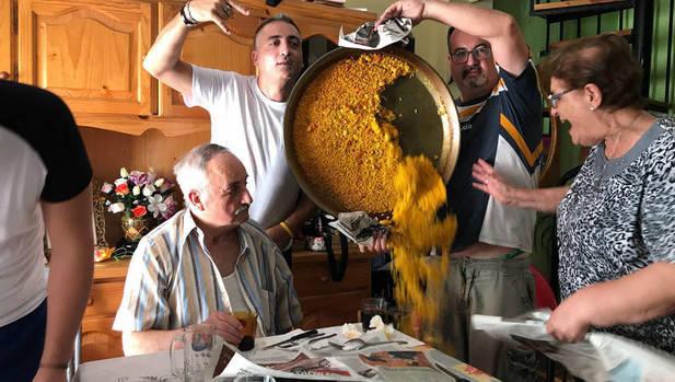 """Foto viral de """"trágica"""" escena de una familia con una paella se convertirá en tu nuevo meme favorito"""