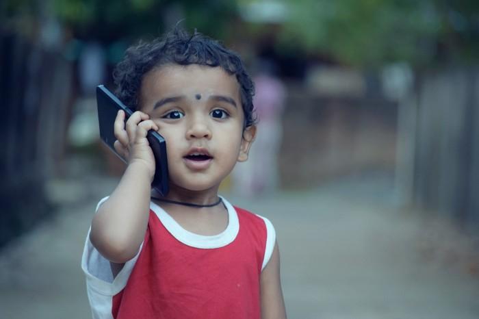 """Especialista advierte los peligros del celular en los niños: """"es como darle una botella de vino o drogas"""""""