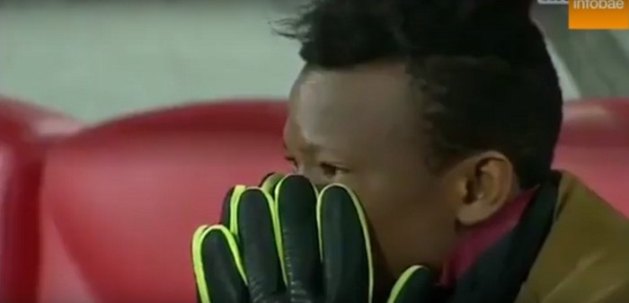 Los presentes en el estadio se toman la cabeza y no pueden creer la lesión del arquero senegalés Khadim N'Diaye