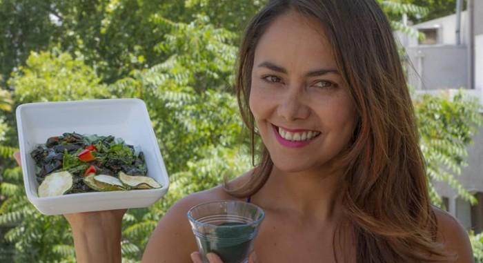 Carola Bezamat sostentiendo alimentos saludables
