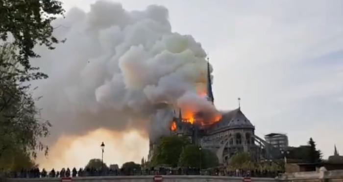 Dramáticas imágenes: devastador incendio afecta a la histórica catedral Notre Dame de París