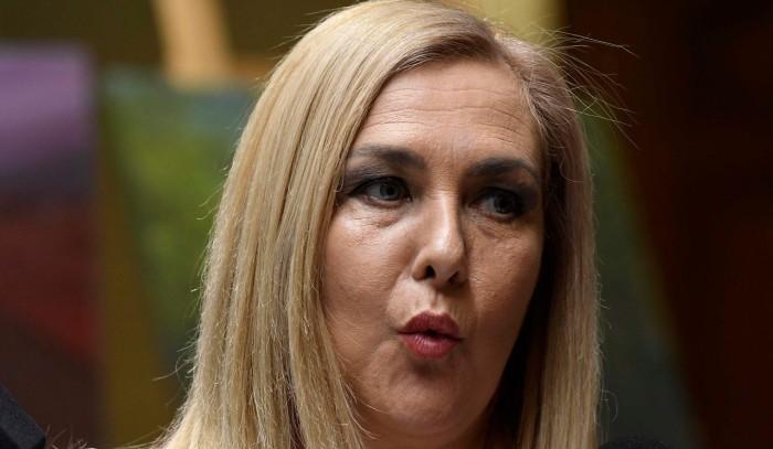 Pamela Jiles sufre caída en el Congreso