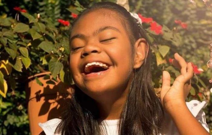 No caminaba ni hablaba: dos hombres adoptaron a niña con síndrome de Down y le cambiaron la vida