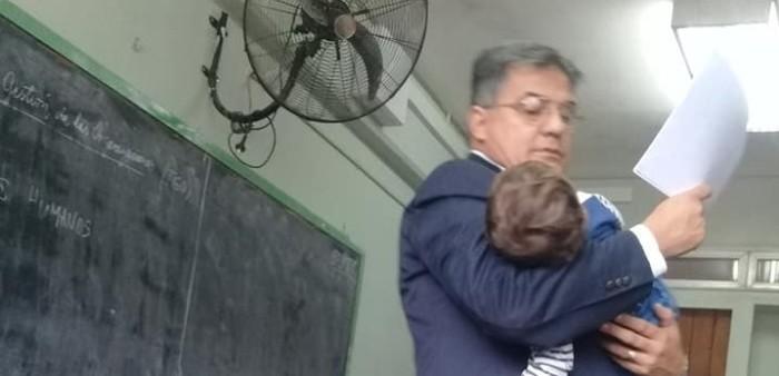 Profesor cuida a hijo de alumna en plena clase para que ella pudiese tomar apuntes