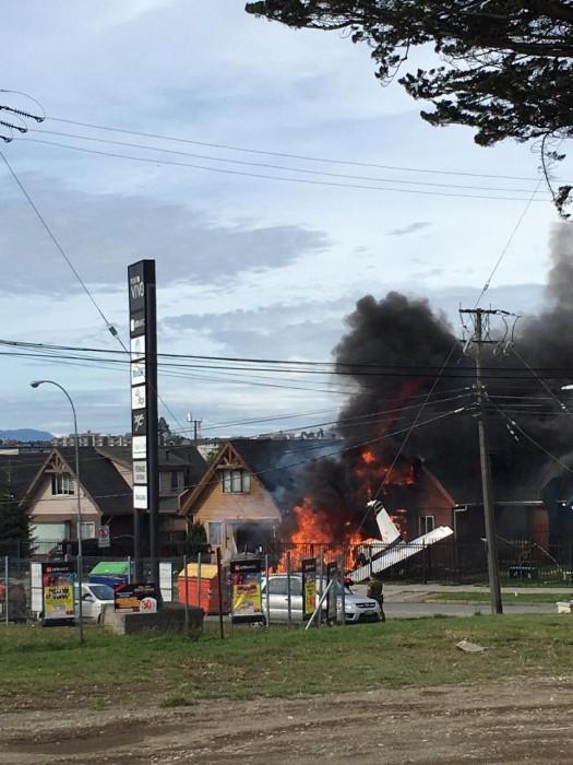 Las impactantes imágenes de la avioneta que cayó sobre una vivienda en Puerto Montt