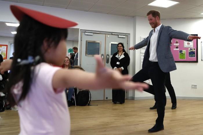 Momentos tiernos del príncipe Harry con niños