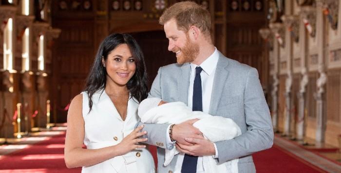 Príncipe Harry y Meghan Markle presentaron en sociedad a su hijo