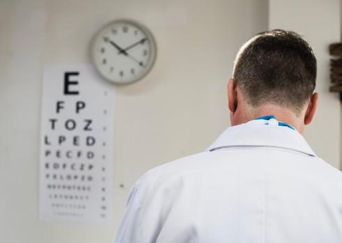 Médico universitario abusó de al menos 177 estudiantes
