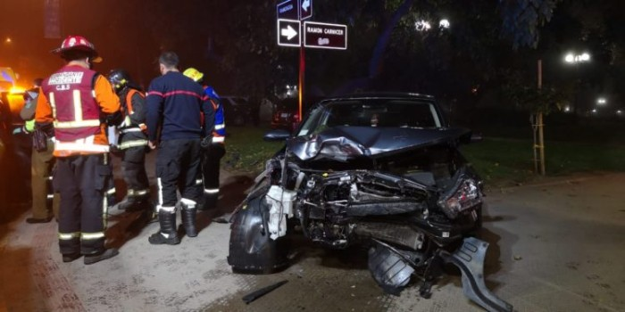 automovil termino dentro de parque bustamante tras accidente en providencia