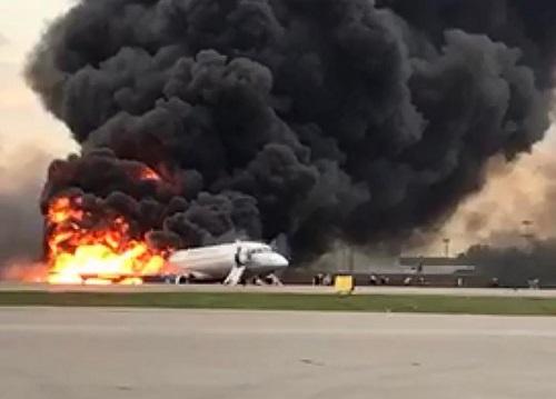 avion aterriza en llamas y deja 13 muertos