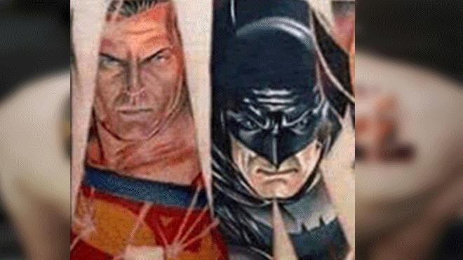 hombre e tatuo a superheroes de marvel e incluyo a batman y superman