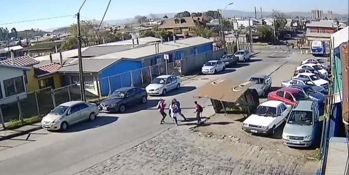 Niño de 11 años terminó lesionado luego de que un paradero le cayera encima en Talcahuano