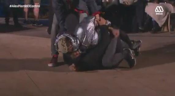 Alex enfrenta a Dino
