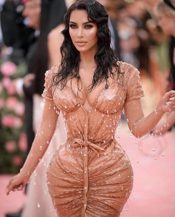 Entrenadora de Kim Kardashian la defiende de críticas por su diminuta cintura