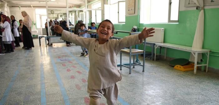 niño afgano baila con su protesis de pierna en hospital de afganistan