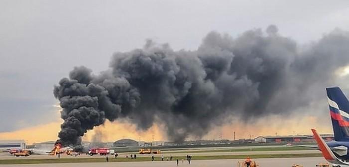 avion aterriza en llamas en moscu y deja al menos 13 muertos
