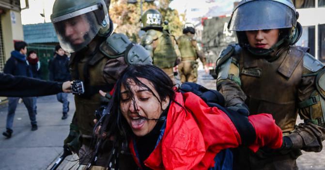 Carabineros dio de baja a funcionaria que agredió a fotógrafa frente al Instituto Nacional