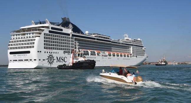 Crucero chocó contra muelle y barco en Venecia