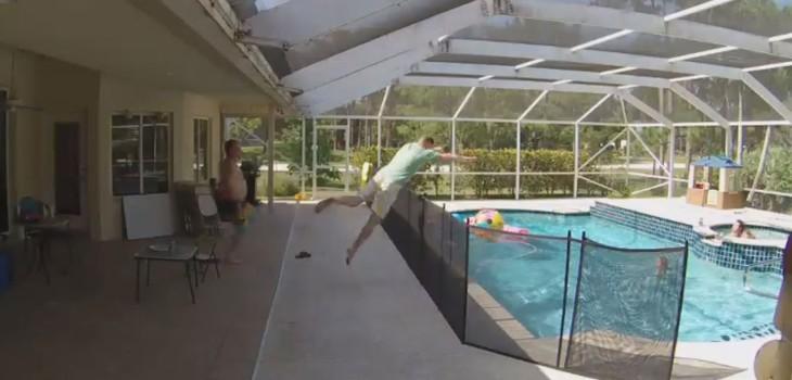 Papá viral salvó a su hijo piscina Superman