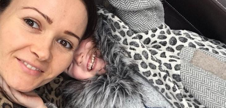 Katie Britton-Jordan junto a su hija Delilah