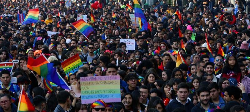 Las postales que dejó la Marcha del Orgullo en Santiago: convocó a más de 100 mil personas