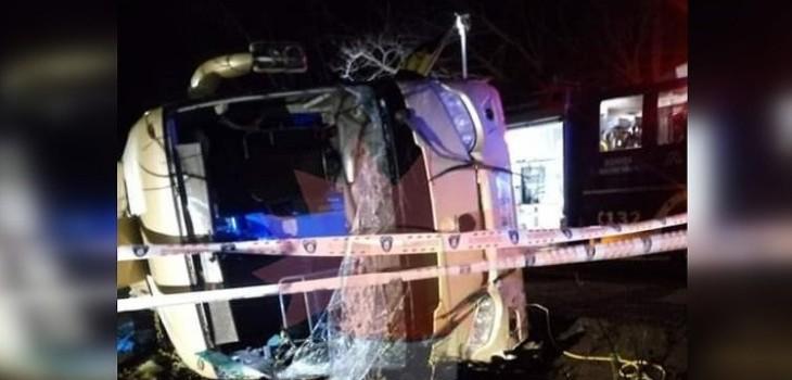 Grave volcamiento de bus en San Clemente dejó tres muertos y más de 30 lesionados