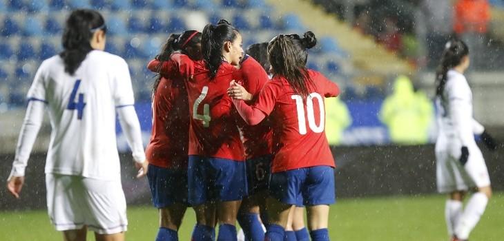 seleccion chilena femenina celebrando un gol ante costa rica