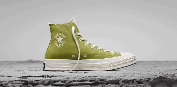 Lanzan zapatillas de lona de plástico reciclable