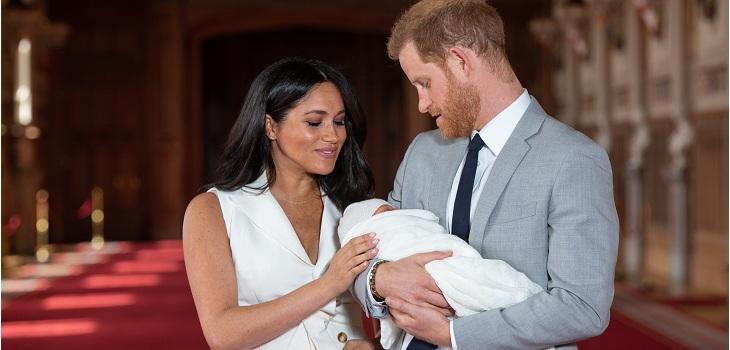 principe harry y meghan markle con su hijo archie