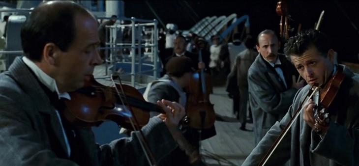 Músicos se lucieron al tocar canción del Titanic mientras mall se inundaba