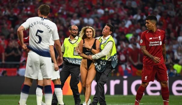 mujer invadio la cancha en final de champions league