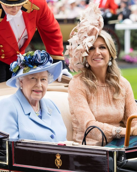 Mujeres realeza carruaje asiento